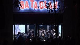 Sortie du Bataclan après le concert de Sting qui marquait la réouverture de la salle après les attentats du 13 novembre 2015, le 12 novembre 2016. (Crédit : AFP/Philippe Lopez)