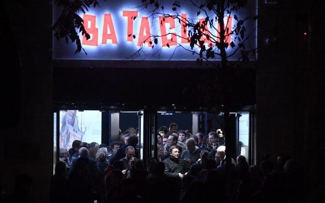 Sortie du Bataclan après le concert de Sting qui marquait la réouverture de la salle après les attentats du 13 novembre 2015, le 12 novembre 2016. (Crédit : Philippe Lopez/AFP)