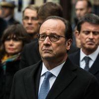 Le président français François Hollande (au centre) après avoir dévoilé une plaque commémorative devant le café Comptoir Voltaire sur le Boulevard Voltaire à Paris, le 13 novembre 2016. (Crédit : Pool/Christophe Petit Tesson)