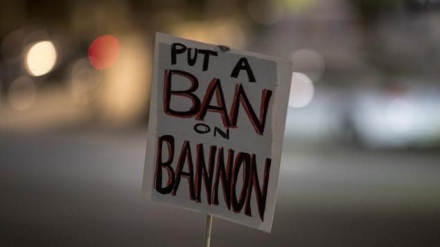 Une pancarte vue pendant une manifestation contre la nomination de Stephen Bannon au poste de stratège en chef de la Maison Blanche par le président américain élu Donald Trump, à Los Angeles, le 16 novembre 2015. (Crédit : AFP/David McNew)