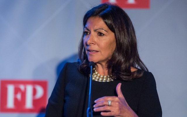 """Anne Hidalgo, maire de Paris, a reçu le prix de la """"diplomate verte de l'année"""", décerné par le magazine Foreign Policy, récompensant son action écologique et climatique, à Washington, le 17 novembre 2016. (Crédit : AFP/Zach Gibson)"""