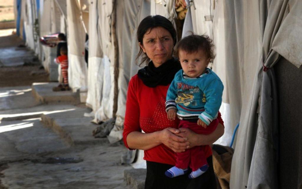 Une femme irakienne déplacée de la communauté Yazidi, qui a fui la violence entre les djihadistes du groupe islamique (EI) et les combattants peshmerga dans la ville de Sinjar, dans le nord du pays, qui se trouve maintenant dans un camp pour les personnes déplacées dans la zone de Sharia, à 15 kilomètres de la ville de Dohuk, le 17 novembre 2016. (Crédit : Safin Hamed/AFP)
