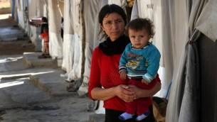 Une femme irakienne déplacée de la communauté Yazidi, qui a fui la violence entre les djihadistes du groupe islamique (EI) et les combattants peshmerga dans la ville de Sinjar, dans le nord du pays, qui est dans un camp pour les personnes déplacées dans la zone de Sharia, à 15 kilomètres de la ville de Dohuk, le 17 novembre 2016 (Crédit : AFP PHOTO / SAFIN HAMED)