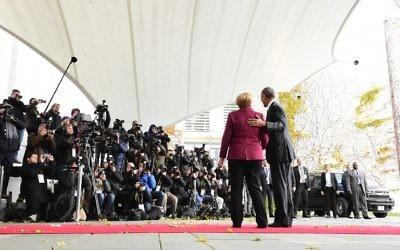 La chancelière allemande Angela Merkel et le président des Etats-Unis Barack Obama avant une rencontre entre le président et les dirigeants de l'Union européenne, à la Chancellerie, à Berlin, le 18 novembre 2016. (Crédit : AFP/Tobias Schwarz)