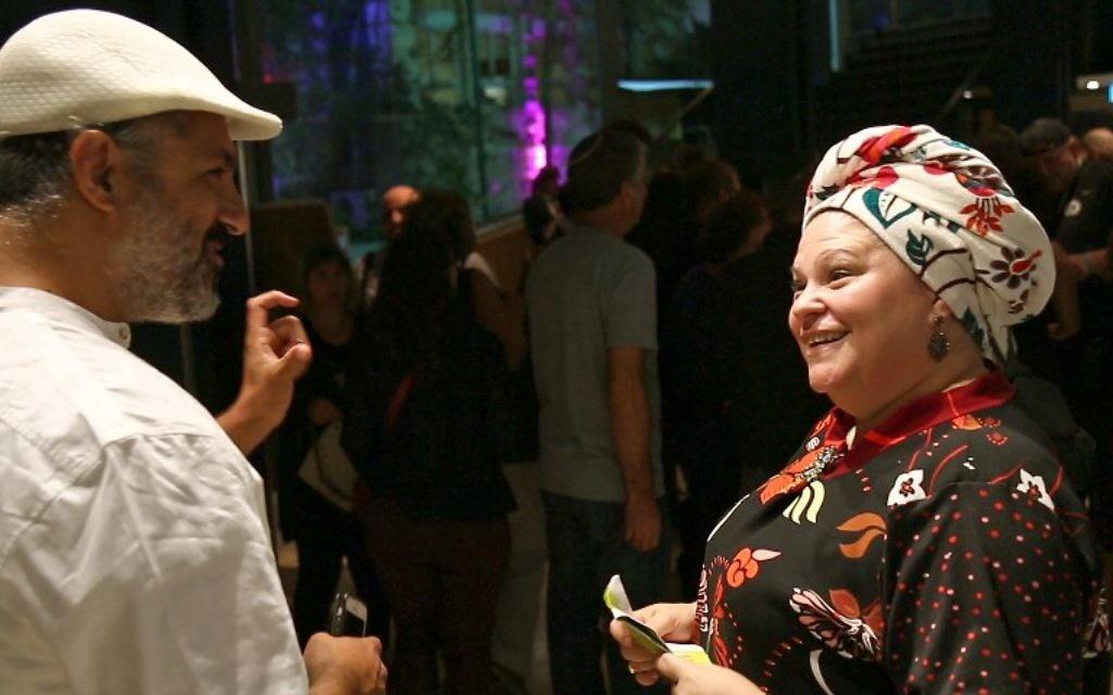 La réalisatrice israélienne ultra-orthodoxe Rama Burshtein (à droite) discute avec un homme pendant le Festival du film de Haïfa, le 20 octobre 2016. (Crédit : AFP/Nir Kafri)