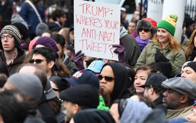 Des manifestants protestent contre le racisme et la haine, après la découverte de croix gammées au parc Adam Yauch de Brooklyn, à New York, le 20 novembre 2016. (Crédit : AFP/Angela Weiss)