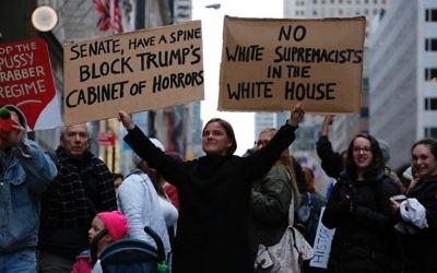 Une femme manifeste contre le président américain élu Donald Trump devant la Trump Tower, à New York, le 20 novembre 2016. (Crédit : AFP/Kena Betancur)