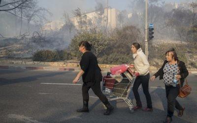 Des Israéliens évacuent leurs domiciles suite aux incendies qui sévissent à Haifa, le 24 novembre 2016 (Crédit : AFP/Jack Guez)