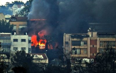 De la fumée et des flammes d'un immeuble à Haifa, le 24 novembre 2016 (Crédit : AFP / AHMAD GHARABLI)