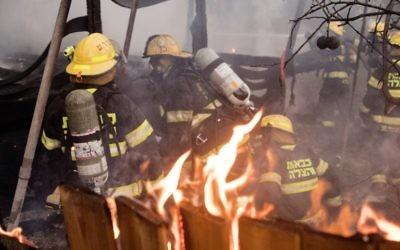 Des pompiers à Haifa, le 24 novembre 2016 (Crédit : Jack Guez/AFP)