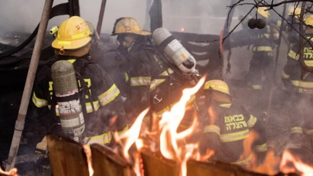 Des pompiers à Haifa, le 24 novembre 2016 (Crédit : AFP/JACK GUEZ)