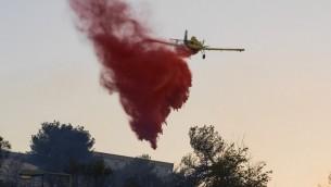 Des avions, volant à travers le nord d'Israël, tentent d'éteindre les incendies qui déciment le pays depuis 3 jours, le 24 novembre 2016 (Crédit : AFP/Jack Guez)