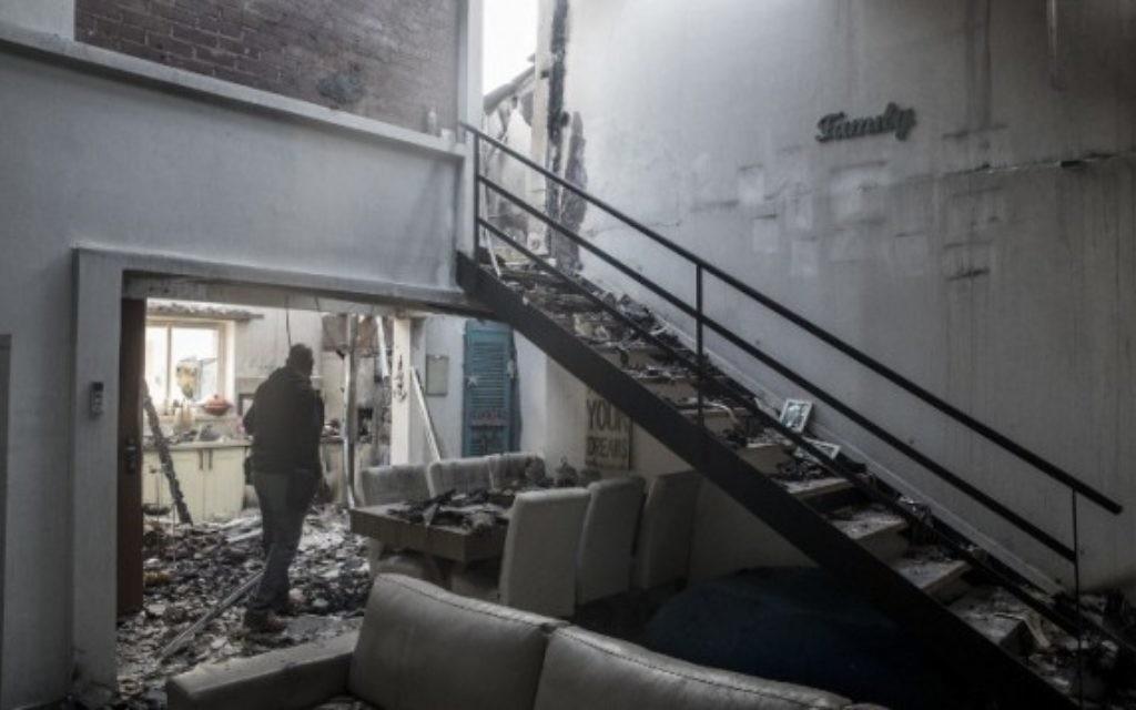 Vue générale des dégâts causés dans une maison brûlée à Haïfa après un incendie de forêt, le le 25 novembre 2016 . (Crédit : AFP/jack Guez)