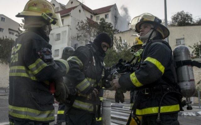 Des pompiers palestiniens aident à éteindre un incendie dans la ville du nord de Haïfa le 24 novembre 2016. (Jack Guez / AFP)