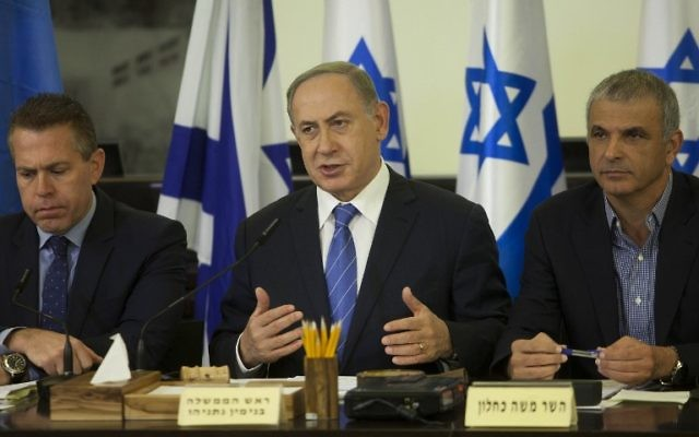 Le Premier ministre Benjamin Netanyahu (au centre) entouré des ministres de la Sécurité intérieure Gilad Erdan (à droite) et des Finances Moshe Kahlon pendant la réunion hebdomadaire du cabinet organisée à Haïfa après les incendies, le 27 novembre 2016. (Crédit : AFP/Pool/Dan Balilty)