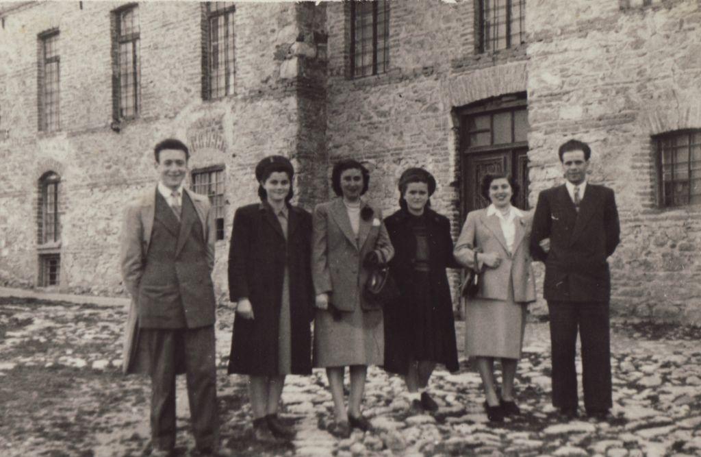 Beni Elias (à gauche), l'un des principaux narrateurs de l'histoire, devant le moulin de Kastoria en 1951. Cette photo a été prise quand il est revenu à Kastoria après la guerre. (Capture d'écran)