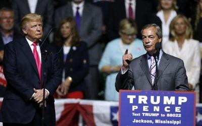 Le candidat républicain à la présidentielle américaine Donald Trump, à gauche, écoute le président du parti indépendant du Royaume-Uni, Nigel Farage, pendant un meeting de campagne à Jackson, Mississippi, le 24 août 2016. (Crédit : AFP/Jonathan Bachman/Getty Images)