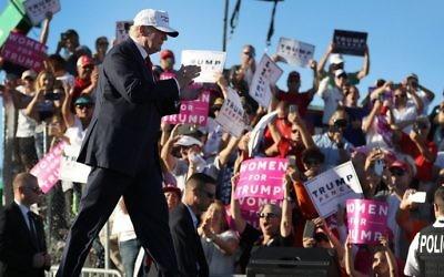 Le candidat à la présidentielle républicain Donald Trump arrive pour un rassemblement de campagne au Collier County Fairgrounds de Naples, en Floride, le 23 octobre 2016. (Crédit : Joe Raedle/Getty Images/AFP)
