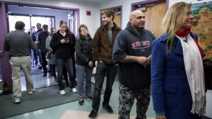 Des citoyens du New Hampshire font la queue pour voter à l'école élémentaire de la rue Amherst de Nashua, le 8 novembre 2016. (Crédit : AFP/Kayana Szymczak/Getty Images)