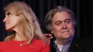 La directrice de campagne du président américain élu Donald Trump, Kellyanne Conway, et Stephen Bannon, nommé stratège en chef de la Maison Blanche, le soir de l'élection à New  York, dans la nuit du 8 au 9 novembre 2016. (Crédit : Chip Somodevilla/Getty Images/AFP)