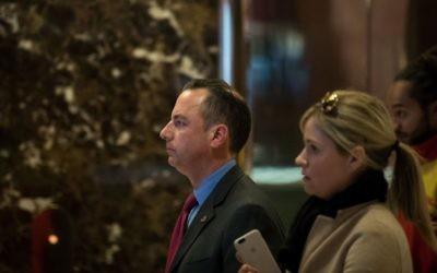 Reince Priebus, président du Comité républicain national et futur directeur de cabinet de la Maison Blanche, dans le hall de la Trump Tower à New York, le 11 novembre 2016. (Crédit : Drew Angerer/Getty Images/AFP)