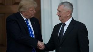 Le président élu Donald Trump (à gauche) et James Mattis, général retraité du Corps des Marines et favori pour le poste de secrétaire à la Défense, à Bedminster, dans le New Jersey, le 19 novembre 2016. (Crédit : Drew Angerer/Getty Images/AFP)