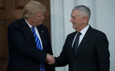 Le président élu Donald Trump (à gauche) et James Mattis, secrétaire à la Défense, à Bedminster, dans le New Jersey, le 19 novembre 2016. (Crédit : Drew Angerer/Getty Images/AFP)