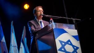 Isaac Herzog, chef de l'opposition, pendant un rassemblement commémorant les 21 ans de l'assassinat du Premier ministre Yitzhak Rabin, place Rabin à Tel Aviv, le 5 novembre 2016. (Crédit : Miriam Alster/Flash90)