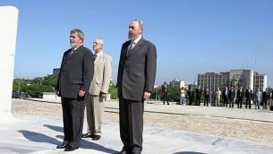 Le dirigeant cubain Fidel Castro et le président brésilien Luiz Inácio Lula da Silva devant le Monument de José Martí à La Havanne, Cuba, en septembre 2003. (Crédit : Agência Brasil/CC BY 3.0/WikiCommons)