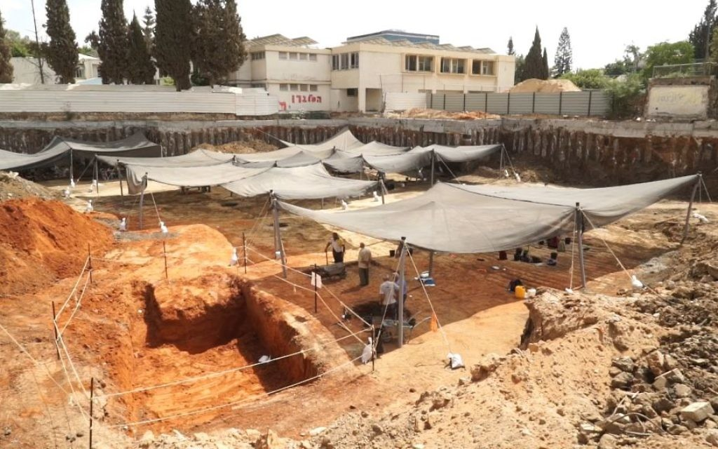 Zone de fouilles à Yehud, dans le centre d'Israël. (Crédit : EYECON Productions/Autorité israélienne des Antiquités)