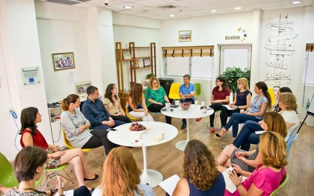 Une réunion à Gvahim (Crédit : Facebook)