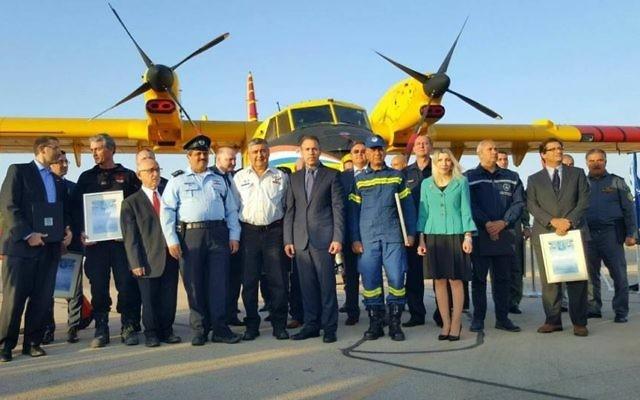 Gilad Erdan, le ministre de la Sécurité intérieure, avec des représentants des pompiers étrangers qui ont aidé Israël à combattre les incendies, le 29 novembre 2016. (Crédit : Facebook/police israélienne)