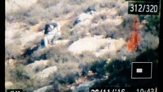 Un Palestinien allume un feu dans un champ près de Battir, près de Bethléem, le 26 novembre 2016. (Crédit : Autorité israélienne de la nature et des parcs)