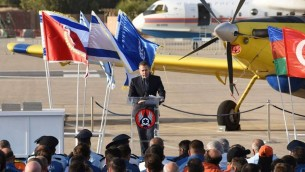 Gilad Erdan, ministre de la Sécurité intérieure, pendant une cérémonie de remerciement aux pompiers étrangers qui ont aidé Israël à combattre les incendies, le 29 novembre 2016. (Crédit : Facebook/police israélienne)