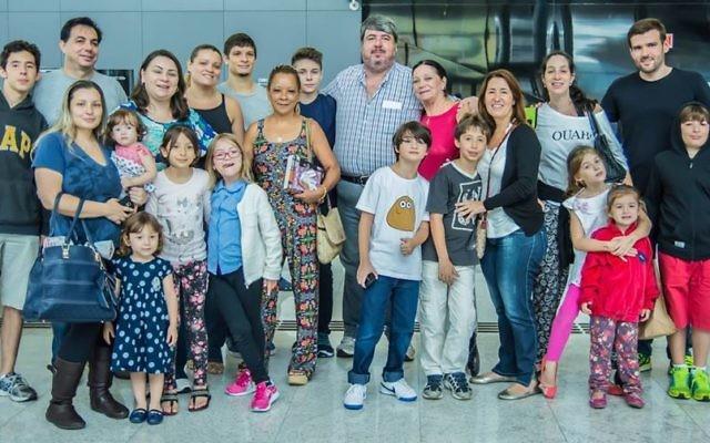 Des immigrants venus du Brésil par un vol organisé par l'Agence juive pour Israël. Illustration. (Crédit : André Jerusalmy/autorisation)