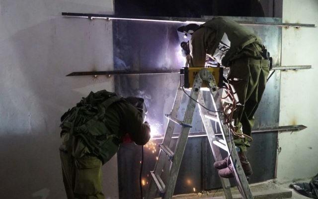 Les soldats israéliens ont scellé un atelier qui aurait fabriqué des armes illégales à Yatta, en dehors de Hébron, tôt le matin le 8 novembre 2016 (Crédit : Unité des porte-parole de l'armée israélienne)