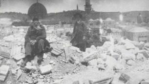 UNe photo prise après le tremblement de terre de 1927 à Jérusalem, avec le Dôme du Rocher en arrière-plan (Crédit : domaine public via la Bibliothèque du Congrès)