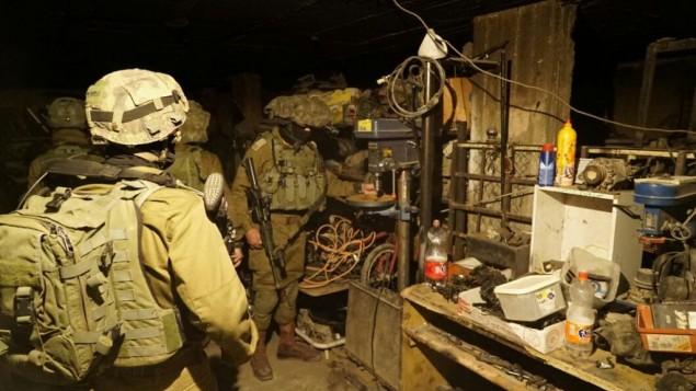 Des soldats israéliens saisissent une presse-foret dans un atelier prétendument utilisé pour fabriquer des armes illégales dans la ville de Jénine, en Cisjordanie, le 8 novembre 2016. (Crédit : unité des portes-paroles de l'armée israélienne)