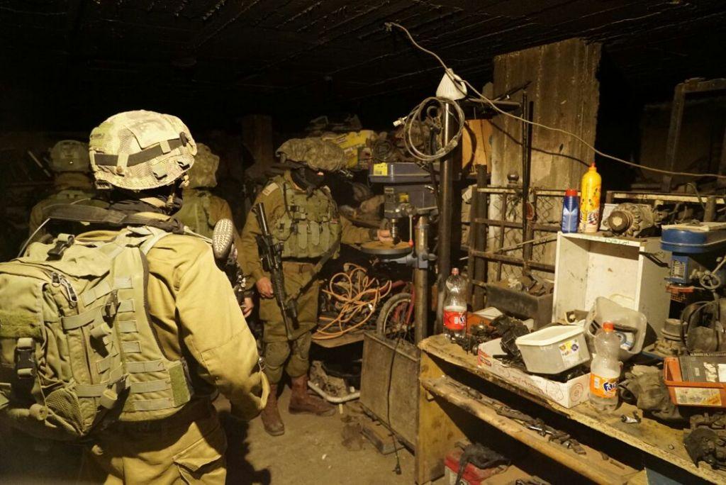 Des soldats israéliens en train de saisit une presse-foret dans un atelier prétendument utilisé pour fabriquer des armes illégales dans la ville de Jénine, en Cisjordanie, le 8 novembre 2016 (Crédit : Unité des portes-paroles de l'armée israélienne)