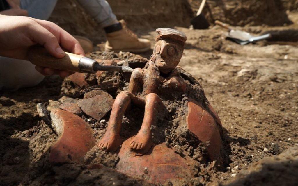 Cette cruche, âgée de 3 800 ans, a été découverte à Yehud, dans le centre d'Israël. (Crédit : EYECON Productions/Autorité israélienne des Antiquités)