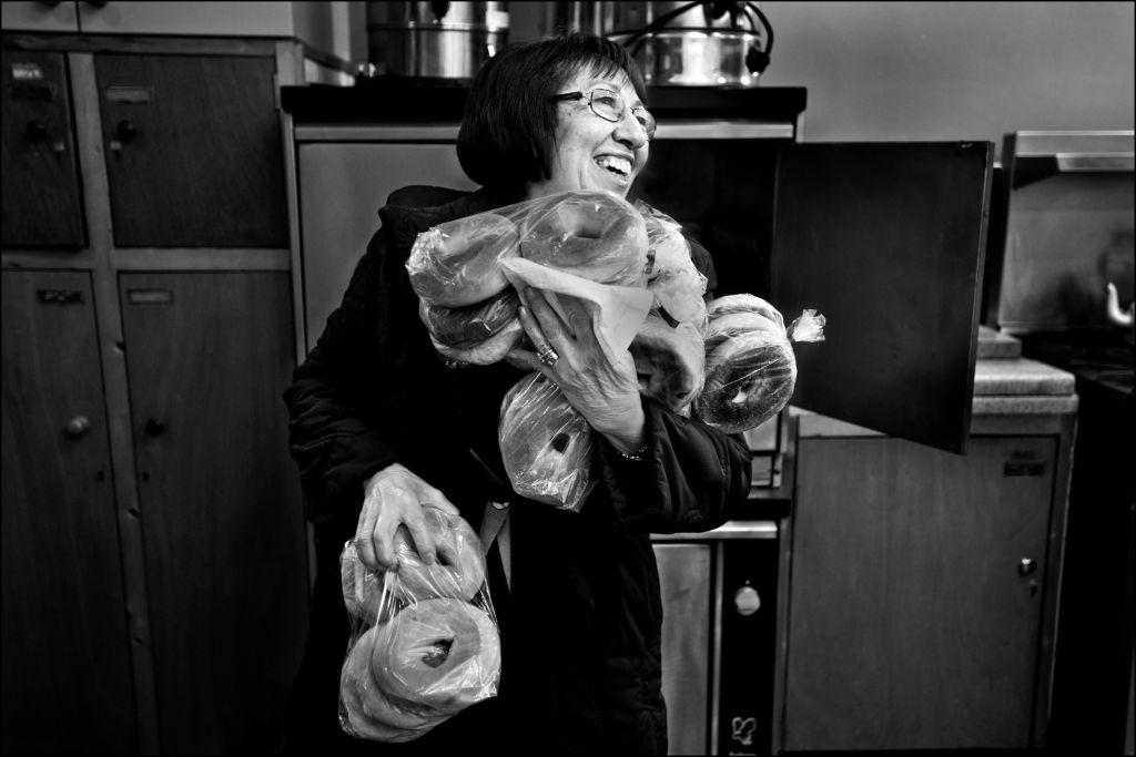 Une femme avec tous les bagels qu'elle peut tenir. (Crédit : Judah Passow)