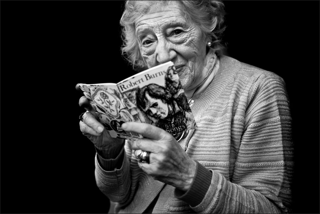 Une femme âgée pendant un évènement sur Robert Burns dans un restaurant casher. (Crédit : Judah Passow)