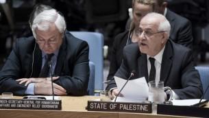 Riyad Mansour, ambassadeur de l'Autorité palestinienne auprès des Nations unies, à droite, devant le Conseil de sécurité, le 19 octobre 2016. (Crédit : Kim Haughton/Nations unies)