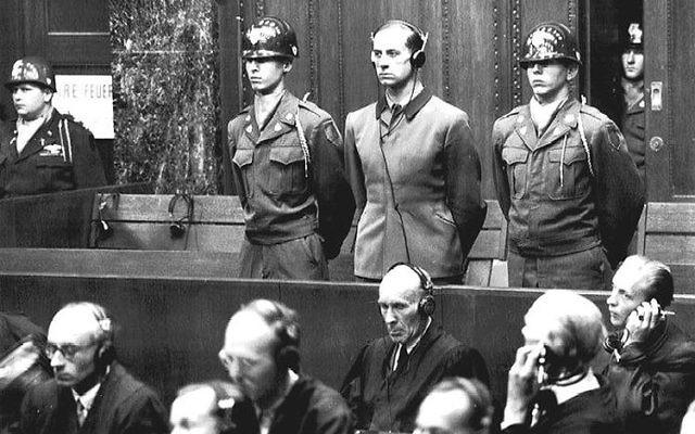 Karl Brandt (au centre), l'un des 23 médecins allemands jugés à Nuremberg en 1946 pour crimes de guerre et crimes contre l'humanité. (Crédit : domaine public)