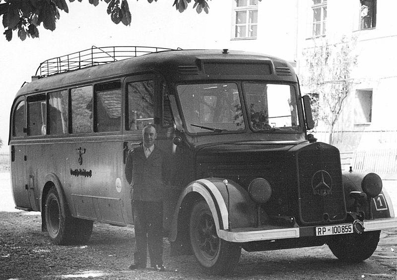 """Un bus et son chauffeur photographiés devant le centre d'extermination Hartheim d'Allemagne en 1940, où des handicapés physiques et/ou mentaux étaient """"euthanasiés"""" par le programme secret T4. (Crédit : domaine public)"""