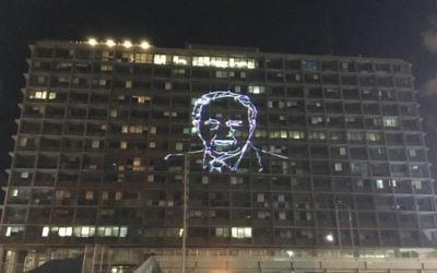 Un portrait de Yitzhak Rabin illumine la maire de Tel Aviv, alors que des dizaines de milliers d'Israéliens se sont rassemblés place Rabin pour marquer le 21e anniversaire de l'assassinat du Premier ministre, le 5 novembre 2016. (Crédit : Iacopo Luzi)