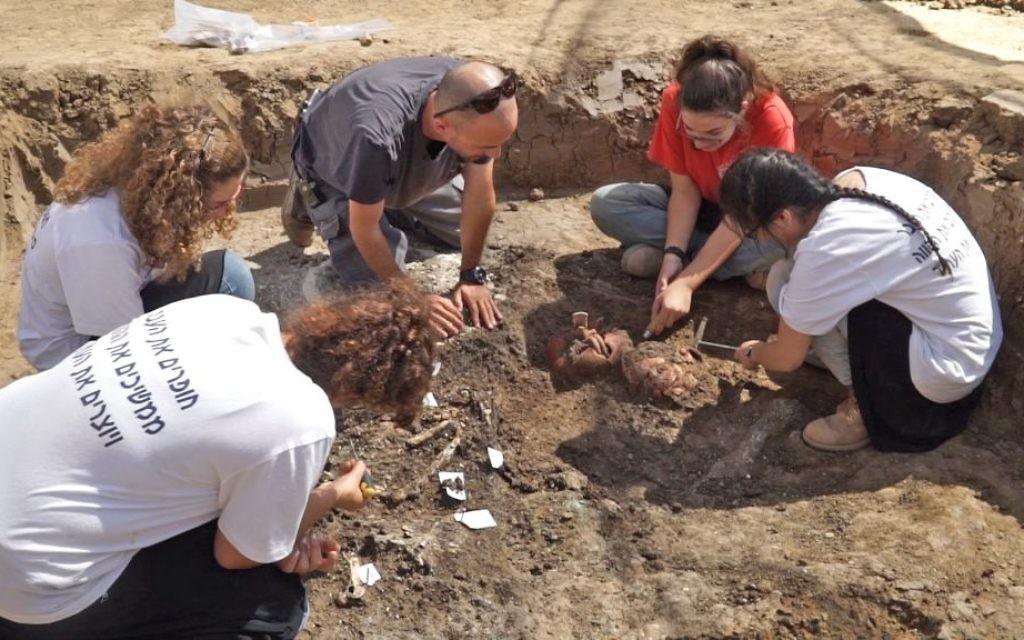 Les lycéens du programme Terre d'Israël et Archéologie pendant une fouille à Yehud. (Crédit : EYECON Productions/Autorité israélienne des Antiquités)