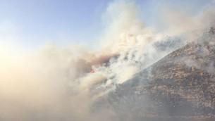 Des feux autour de Maale HaHamisha et Nataf (Crédit : porte-parole de l'unité des pompiers)