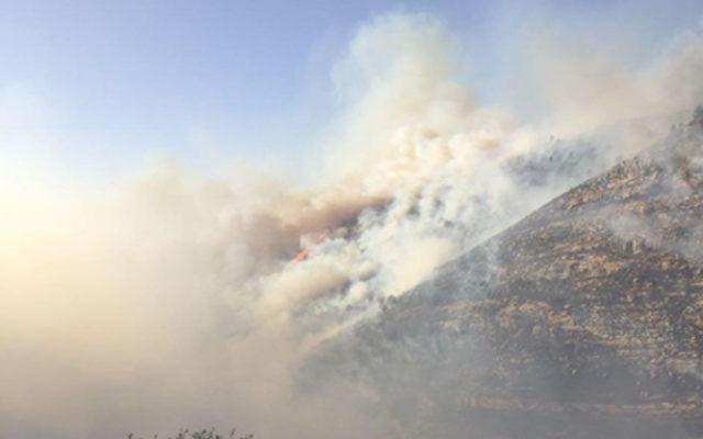Des incendies autour de Maale HaHamisha et Nataf, le 25 novembre 2016. (Crédit : porte-parole des pompiers)