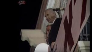 Benjamin Netanyahu, alors chef du Likud, observe un rassemblement de droite contre les Accords d'Oslo, place de Sion, à Jérusalem, en 1995. (Crédit : capture d'écran YouTube)